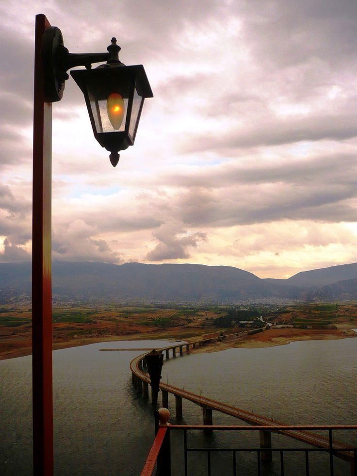 Neraida Bridge over de artificial lake of de river Aliakmonas in Kozani Prefecture, in de Greek region of Macedonia_ Greece