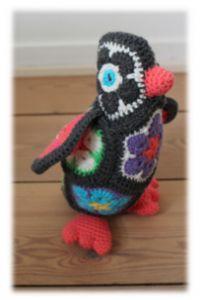 Her er så min hæklet pingvin. I dette indlæg, har jeg vedhæftet en udførlig opskrift. Pingvinen PIA er hæklet med afrikan flowers, og er en heidi Bear.