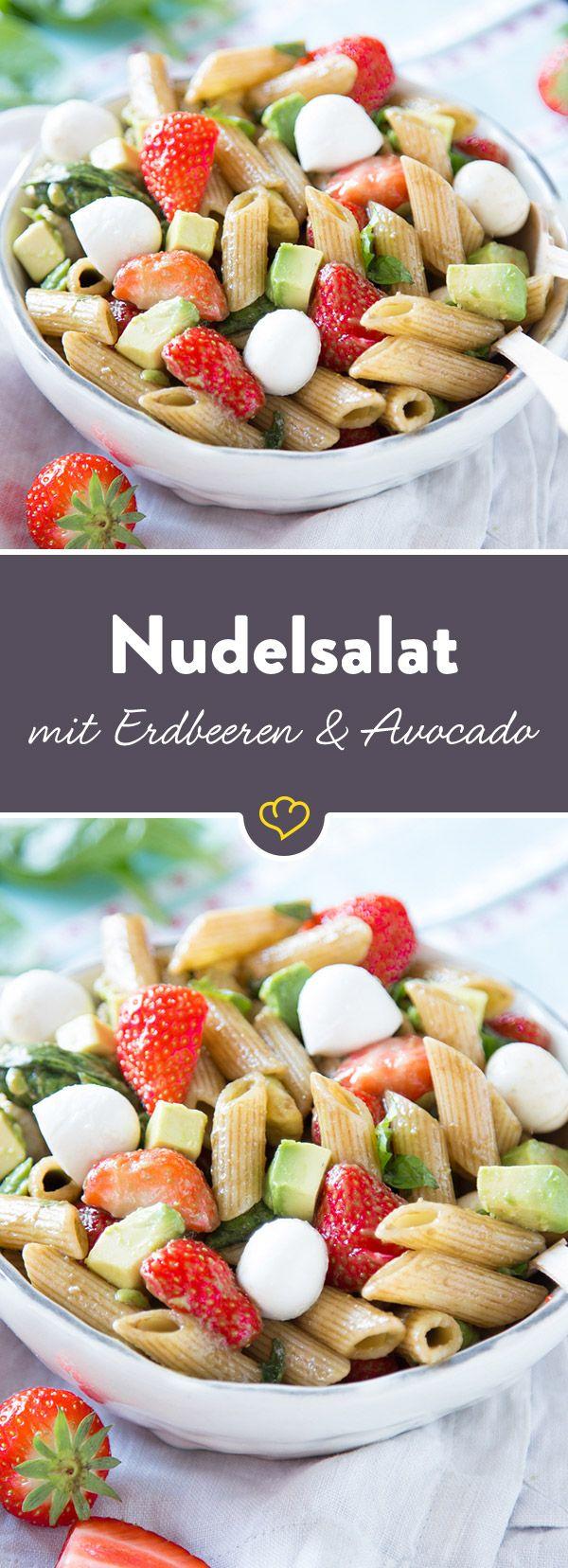 Jeder liebt Erdbeeren. Und jeder liebt Caprese. Also Erdbeeren mit Mozzarella, Penne und Avocado zu einem fruchtigen Nudelsalat verwandeln.