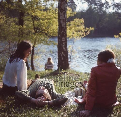 Gruppe am Schlachtensee in Berlin, 1970 Juergen/Timeline Images #Berlin #70er #See #Sonne #Baden #Frühling