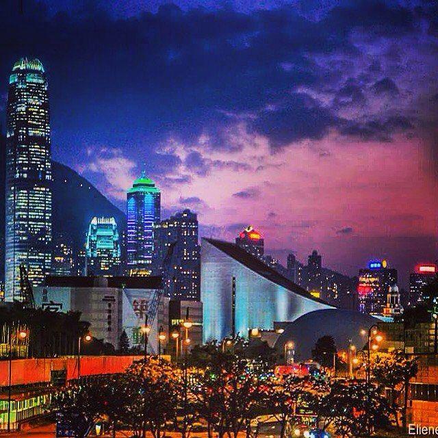 O contraste entre as cores do céu e da cidade é a composição perfeita de admiração! contraste entre as cores do céu e da cidade é a composição perfeita de admiração!  #arte_of_nature #pix_mania #clubepixel #loves_city #loves_world #panelagram #chiquesnourtemo #ig_asia #ig_worldclub #ig_asia_ #worldunion #wow_asia #wu_asia #loves_asia #bns_asian #wu_china #loves_indochina #mychinagram #china #instachina #natgeo #natgeotravel #viajandopeloMD #hongkong #instahongkong #ilovehongkong…