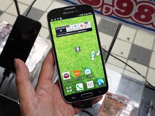 NTTドコモ向け/Samsung製の5インチスマートフォン「GALAXY S4(SC-04E)」の中古品が、イオシス アキバ中央通店で特価販売中。店頭価格は税込8,980円で、販売されているものは目立つ傷や塗装剥がれなどがある外装難あり品。