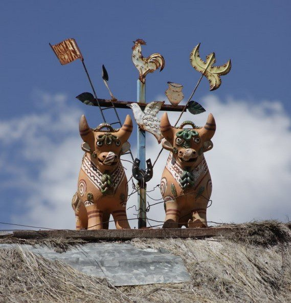 Toritos de Pucara> estos toros se colocan de a pares sobre lostechos de las casas y cada cosas tiene su significacion  ciudad de Pucara, Peru