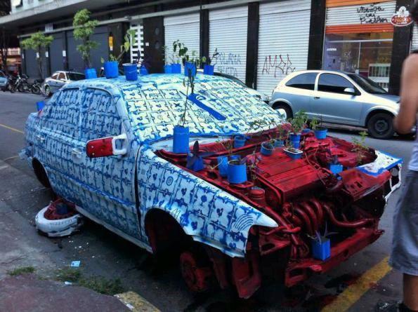 Intervenção artística com carro abandonado homenageia Adriana Varejão Coletivo Ocupe Carrinho transforma sucata em obra de arte e chama aten...