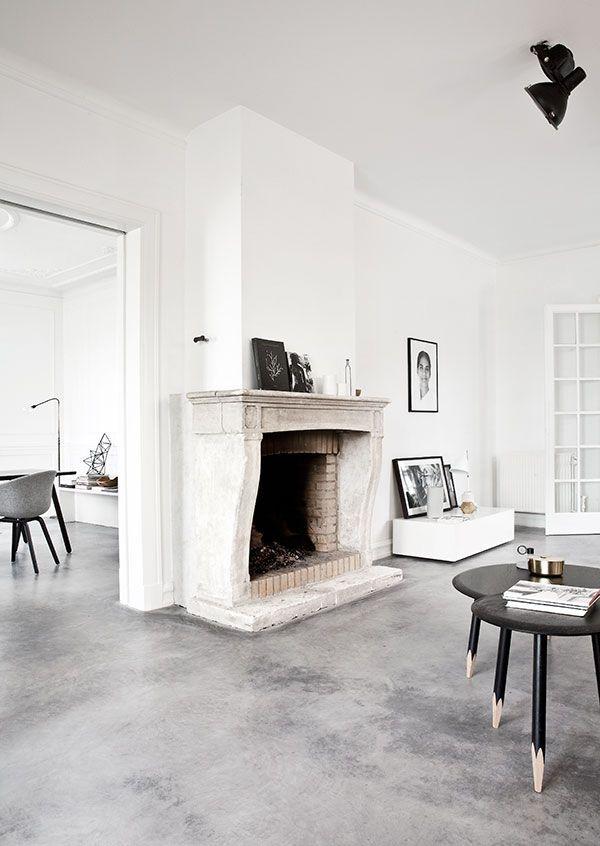 Sala com lareira decorada com piso de cimento queimado