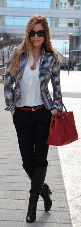 Calça preta social com blazer quadriculado.