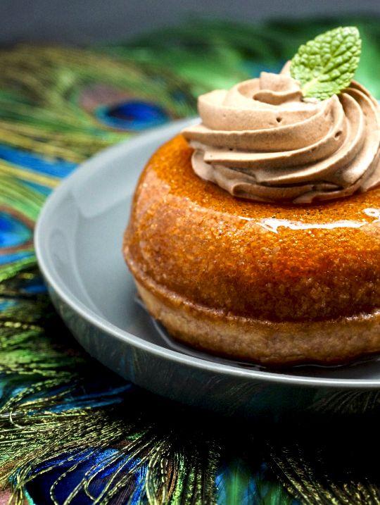 Une recette exclusivement pour les grands gourmands, un baba généreusement imbibé de rhum et garni d'une onctueuse chantilly au chocolat.