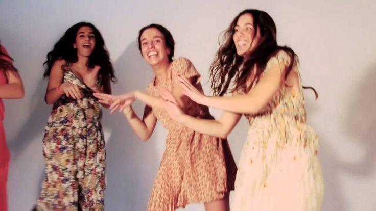 Un vídeo casero y cariñoso que grabamos en medio de una sesión de fotos pero sin ninguna pretensión de profesionalidad. Las chicas que cantan,tocan en vivo y en directo en el rastro de Madrid, ya os hablaré más de ellas. Por supuesto, todos los vestidos que llevan las chicas son nuestros