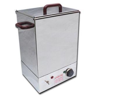 CALENTADOR DE COMPRESAS DE SOBREMESA -Construido íntegramente en acero inoxidable calidad AISI 304. -Capacidad para 24 litros de agua. -Gradilla de almacenamiento calefactor de inmersión, termostato regulable, depósito para agua, luz piloto.