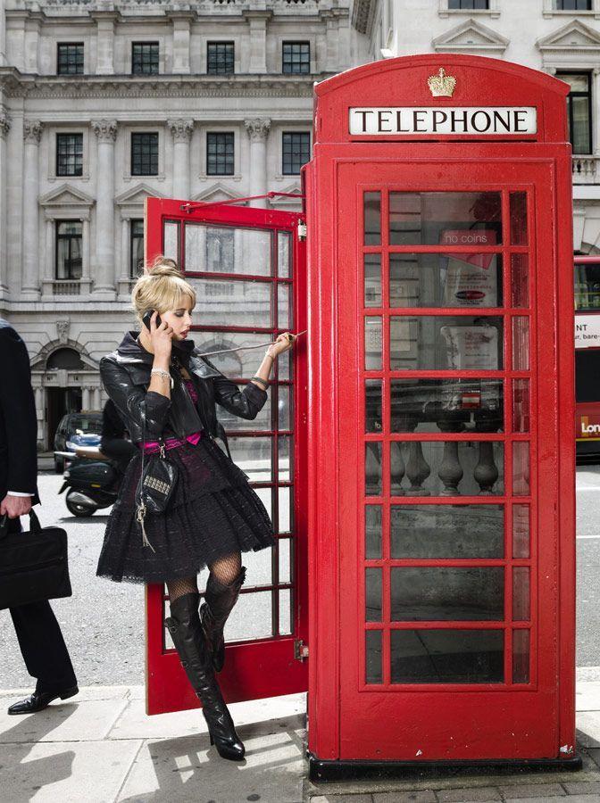 днем картинка человек и телефонная будка выполнен теплых приятных