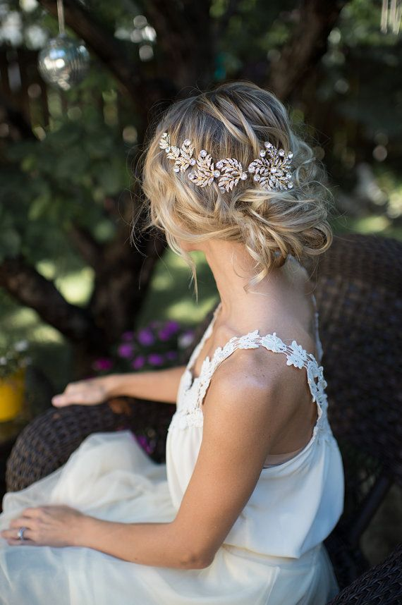 Esta vid de pelo dorado hermoso es un broche precioso para la novia de boho chic. Una flor de metal dorado acentuada por las hojas de metal con cristales claros se encuentra en un alambre para que esta pieza puede doblar y colocar muchas formas en el cabello.  Medidas: 8.25 largo x 2,75 de ancho (flor del extremo grande) con cable de 1 con el lazo a cada lado para sujetar con horquillas o lazos de la cinta.  CÓMO USAR: -en la parte posterior con la flor principal centrado o hacia el lado…