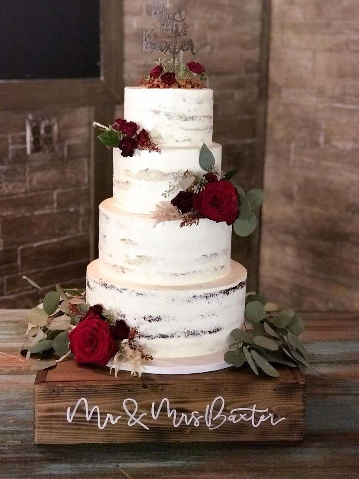 Dies ist eine kaum gefrorene vierstöckige Hochzeitstorte, die wunderschön vor …   – Wedding