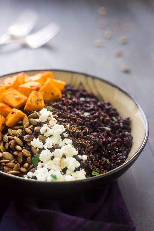 Romig, crunchy en een klein beetje pittig in één kom. Dit recept met zwarte rijst, met pompoen, harissa en geitenkaas is perfect voor een herfstdiner.