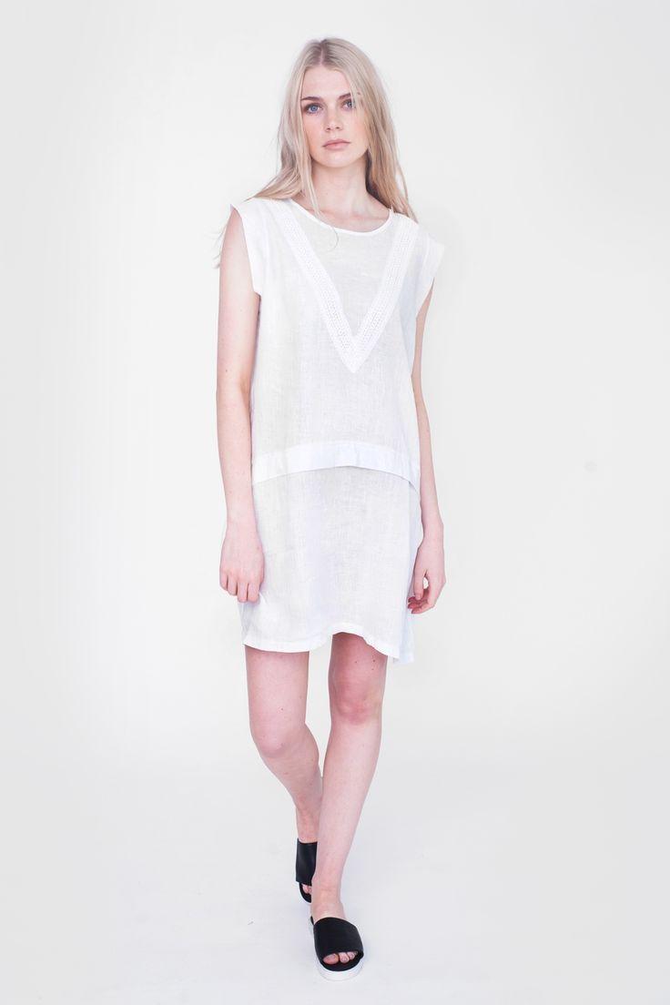 Produkten Beaumont Organic - Hadley White Dress säljs av ECOSPHERE • ekologiska & etiska kläder & accessoarer i vår Tictail-butik.  Tictail låter dig skapa en snygg nätbutik helt gratis - tictail.com