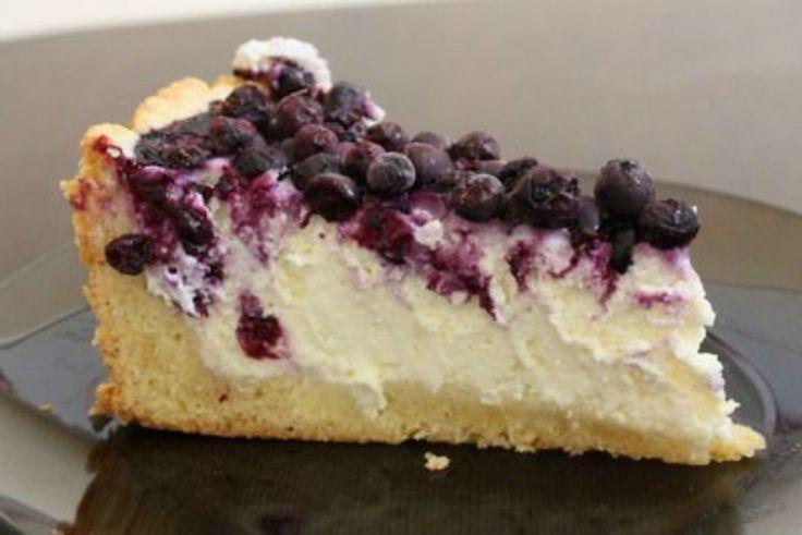 Astăzi echipa Bucătarul.tv v-a pregătit o rețetă mega delicioasă de prăjitură cu brânză și afine. Pe lângă faptul că este nemaipomenit de gustoasă și apetisantă, această prăjitură este și foarte sănătoasă. Afinele reprezintă una dintre cele mai valoroase comori ale naturii, întrucât conțin o mare cantitate de fibre, au un conținut bogat de fitonutrienți, foarte …