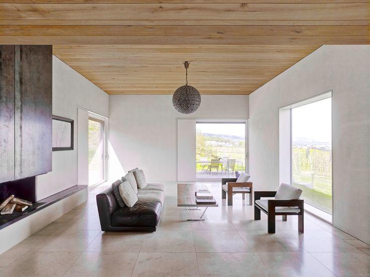 Tetto rivestito in legno e pareti bianche intervallate da grandi finestre creano un ambiente accogliente e luminoso nella sala relax. #rifarecasa #maistatocosifacile grazie a #designbox & #designcard #idfsrl