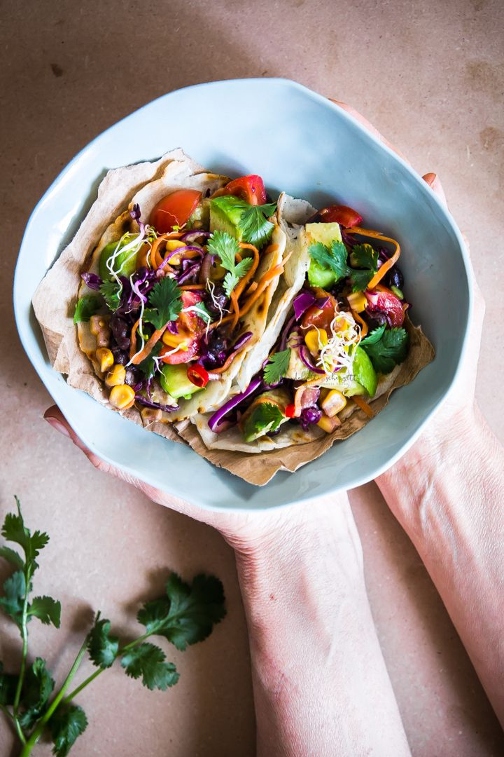 vegan and gluten free tacos with black beans, corn and avocado - tacos vegani e senza glutine con fagioli neri, mais e avocado