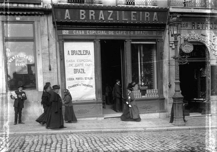 """  1# - A """"Brasileira"""" em 1966  2# - A """"Brasileira"""" em 1910    Café A Brasileira , Rua Garrett, 120-122  Autor: Desconhecido."""