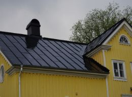 Svart tak och vita stuprör