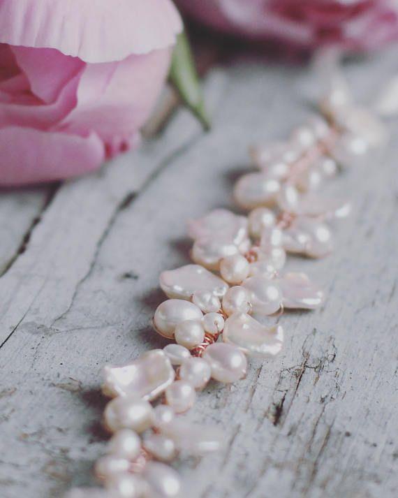 Hermosa pulsera de novia hecho con una gran variedad de formas y tamaños de perlas de agua dulce naturales y su opción de oro (en la foto), oro rosa, o alambre plateado.  La pulsera mide 6 con lazos de cinta de Satén marfil con ajuste para adaptarse a cualquier muñeca de tamaño. Si