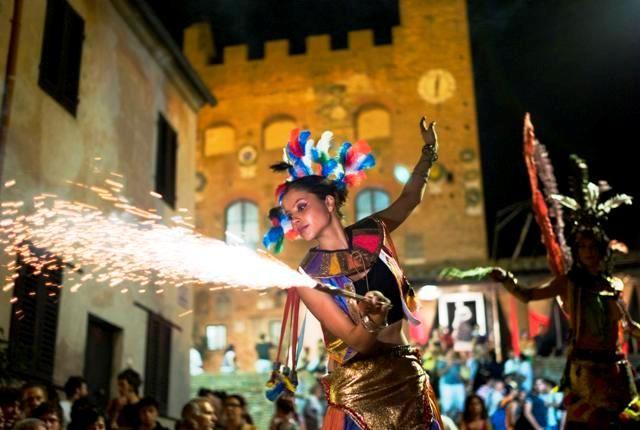 This is Certaldo Alto, Tuscany! La compagnia del drago nero a Mercantia (foto gonews.it)