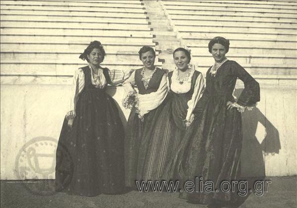 Εορτασμοί της 4ης Αυγούστου: γυναίκες με παραδοσιακές ενδυμασίες της Σάμου.1937.