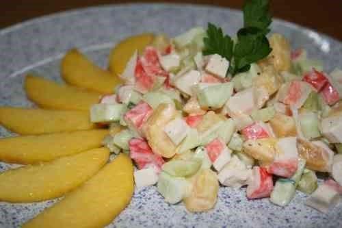 Грибной салат с ананасами и крабовым мясом