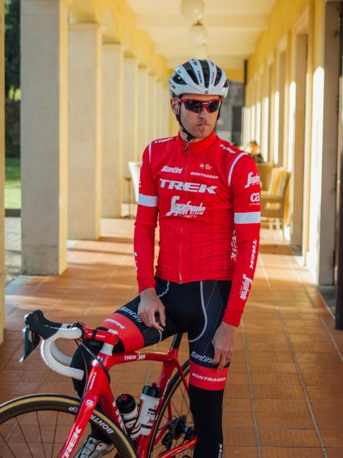 Trek-Segafredo opted for an all-red jersey for 2018  80dbf04ab