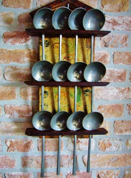 beschilderd N-Hollands lepelrekje met 12 identiek gemerkte tinnen lepels