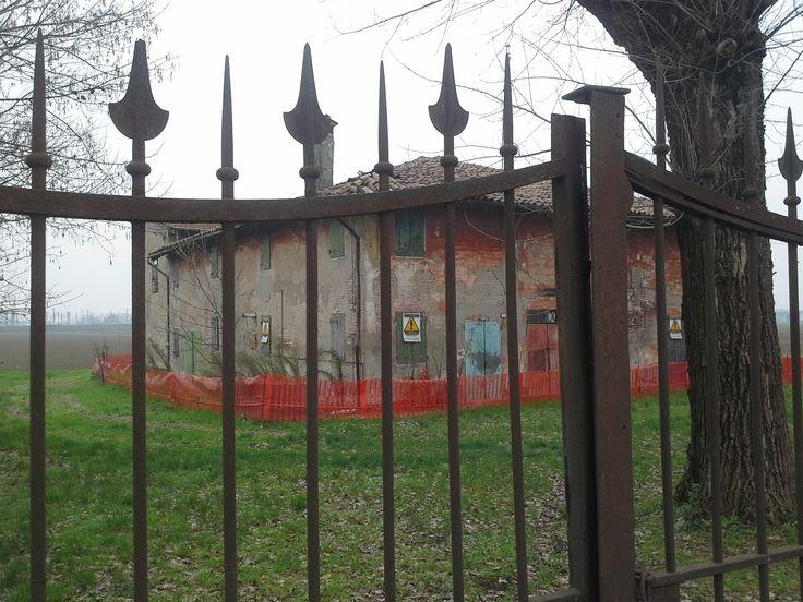 Lungo la via Emilia - tra Modena e Bologna vicino a Castelfranco -  un casolare abbandonato.