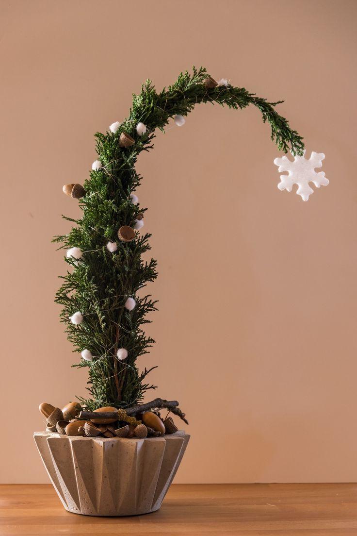 Die Schale ist aus Beton selbstgegossen, in Steckschaum ein Zweig Koniefere mit Draht in Form gewickelt und geschmückt.