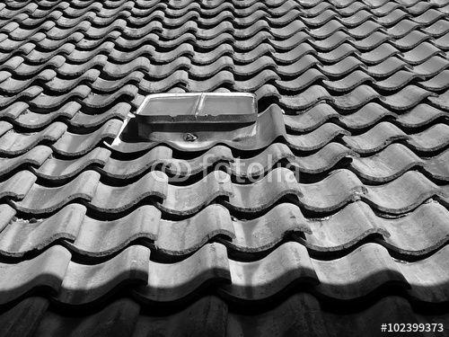 Kleines dachfenster auf einem alten dach mit for Kleines dachfenster