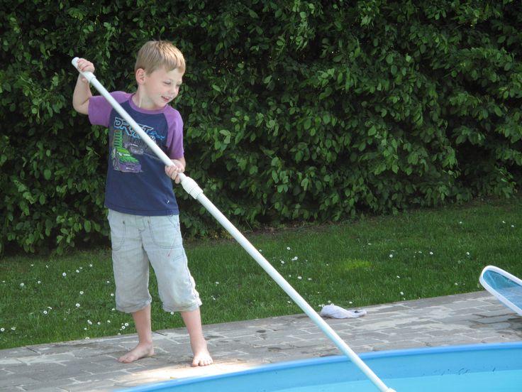 Gider du ikke at skulle passe en swimmingpool, kan der fjernes og fyldes op med grus, og så kan der anlægges kæmpesandkasse eller større terrasse.