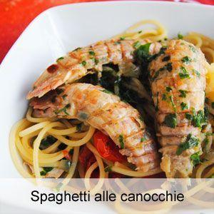 La ricetta degli spaghetti conditi con un sugo a base di canocchie o cicale di mare.