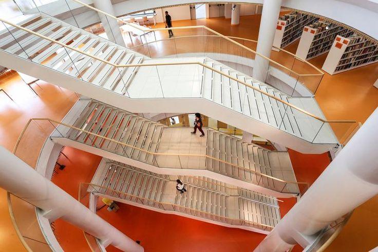 Oranžová kaučuková podlaha Artigo Multifloor Nd Uno, kampus v italském Torinu. // Orange rubber floor Artigo Multifloor Nd Uni, Campus in Torino, Italy.  http://www.bocapraha.cz/cs/produkt/620/multifloor-nd-uni/