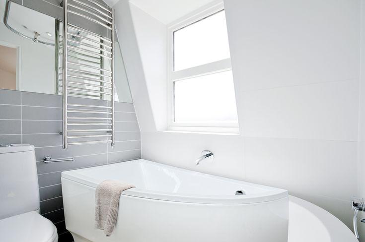 Mały metraż łazienki, nie koniecznie oznacza, że jesteśmy zmuszeni rezygnować z czasu spędzanego w wannie. W Naszej ofercie znajdziecie kilka modeli, które idealnie nadadzą się do niewielkich powierzchni. Na zdjęciu prezentujemy wannę asymetryczną PRAKTIKA!