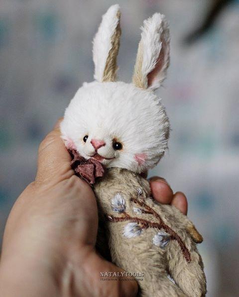 Зайчик с вербочкой поближе. Все зайки  нашли свои новые домики. #вышивка #какумею #верба #весна #embroidery #bunny #spring