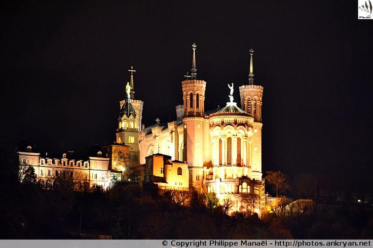 Basilique Notre-Dame de Fourvière (Lyon, Rhône-Alpes) : Sanctuaire dédié à la Vierge Marie juché sur la colline de Fourvière, il s'illumine la nuit tombée