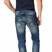 Мужские джинсы от марки Blend - основа самых разнообразных сочетаний! Классические 5 карманов, кожаная отделка на кармане для мелочи и заднем кармане, эффект потертости и стираности, декоративные складки спереди и на брючинах внизу - все это делает модель неповторимой и стильной. Узкий крой, заниженная талия и приятный материал заботятся о вашем комфорте и великолепной посадке по фигуре. С кедами или ботинками, рубашкой или толстовкой - комбинируйте с удовольствием! Ширина брючин внизу (для…