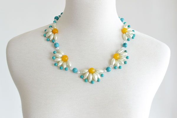 final look of the flower choker necklace