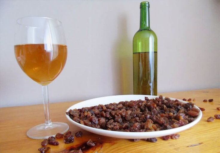 Рецепты приготовления в домашних условиях вина из изюма – классический, с рисом, с курагой и бузиной, а также – рецепт закваски для вина из изюма!