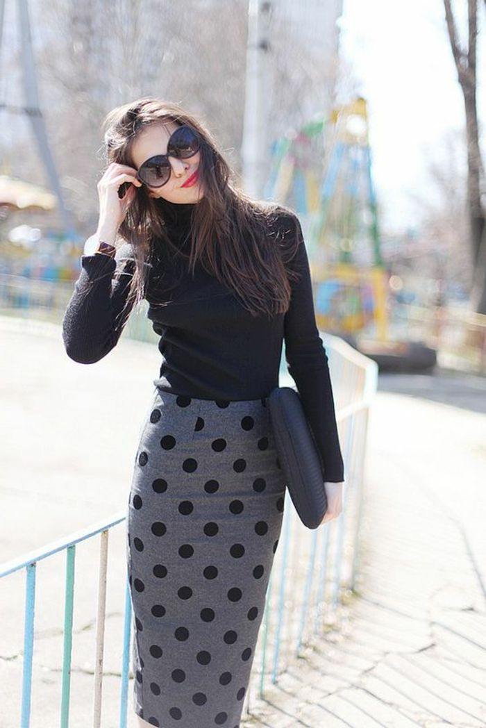 la jupe mi longue de couleur grise, jupe crayon, jupe droite bien combiné avec un pull noir