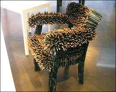 Deze stoel zal niet zo lekker zitten! Potloodstoel gemaakt van scherpe potloden