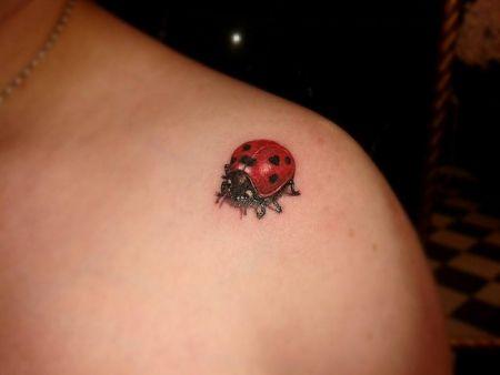 Tattoo-Foto: Marienkäfer mit Herz-Punkt