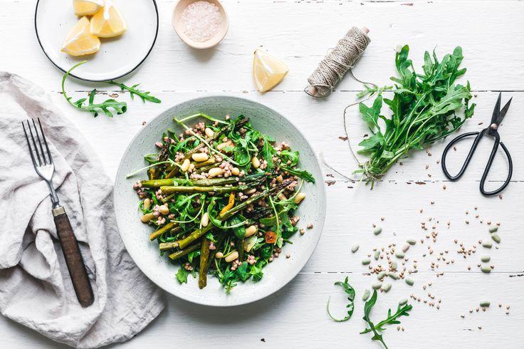 Darf's was schnelles, leichtes und superleckeres sein? Dann probier doch mal unseren Buchweizensalat mit grünem Spargel, Rucola & Flageolet-Bohnen!