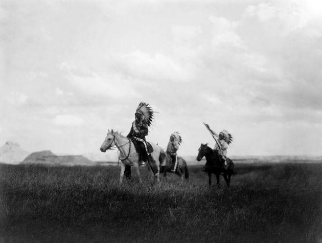 """Si salutavano dicendo """"hog"""", non """"augh""""; non avevano cavalli, non prendevano scalpi, non erano rossi. La verità su un mondo romanzato dal cinema, nelle straordinarie foto di Edward S. Curtis."""