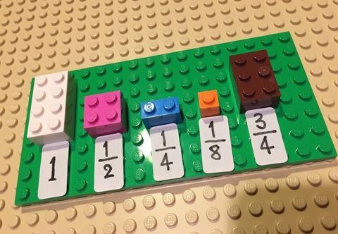 """巡回先の小学校にLEGOの好きなお子さんが。算数に取り入れるアイディアはいろんな方が実践されていて、みようみまねで自分もいくつか作ってみました。LEGOを使って分数分数の式をLEGOに置き替えて目で見える量で考えるもの。算数の授業を見せていただく中では色々と考えることがあって・・・数をどのようにとらえていくか?教える順番とか、うまく表現できませんがイロイロ。例えば分度器を使う場面では分度器を右端から読むか、左端から読むかで全く答えが違ってしまうことがあったりして。でも、分度器を使って正確に角度を求める以前に、自分の指を""""L""""にするとだいたい90度でとか教科書の角は90度でとか指と指と間は30度くらいでとか(まあ、指を使うかどうかは別として)問題を見た時に、この問題の答えは""""このあたりになりそうだ""""という""""感覚的...さんすう"""