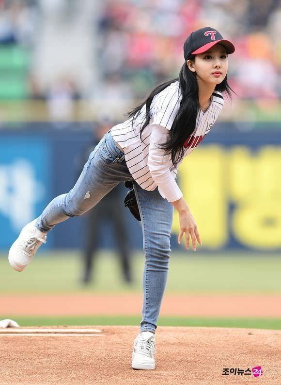 Nayeon Twice Imnayeon Kpop Jyp Idol Kpopidol Koreanmusic Nayeontwice Baseball Girls Poses Girl With Curves
