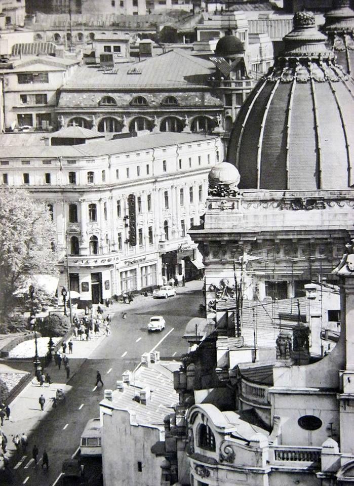 """Vedere de pe blocul Gioconda, catre Calea Victoriei. Vedem in prim plan cupola Palatului Postelor (actual Muzeu de Istorie al Romaniei), iar in pan secundar, Hotel de France, cladire disparuta, pe locul careia se afla in zilele noastre """"borcanul"""" BCR. foto: George Serban"""