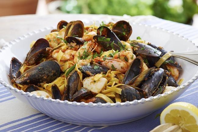 Tagliatelle med havets frukter - Liker du sjømat, liker du denne pastaretten! Varier med ulike typer skalldyr; du kan til og med bruke fisk